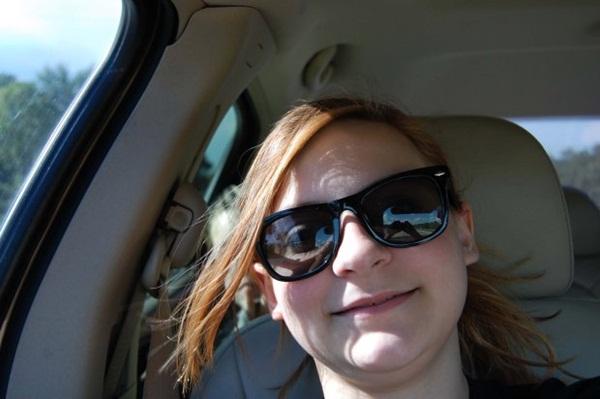 Chụp ảnh selfie, bé gái sau đó mới phát hiện gương mặt kì lạ phía sau và tin rằng nó có liên quan đến vụ tai nạn 1 năm trước-1