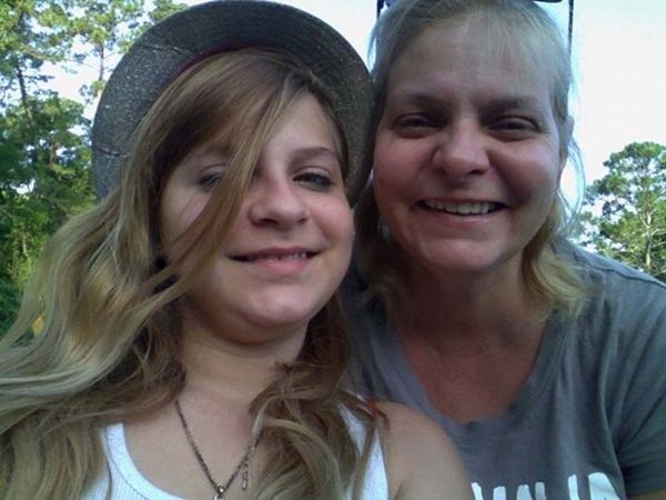 Chụp ảnh selfie, bé gái sau đó mới phát hiện gương mặt kì lạ phía sau và tin rằng nó có liên quan đến vụ tai nạn 1 năm trước-3