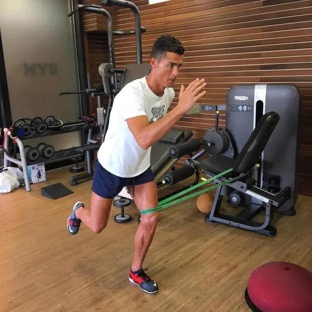 Học cách Ronaldo và Messi giữ dáng mùa Covid-19: Ăn uống, ngủ nghỉ quan trọng không kém tập luyện-4
