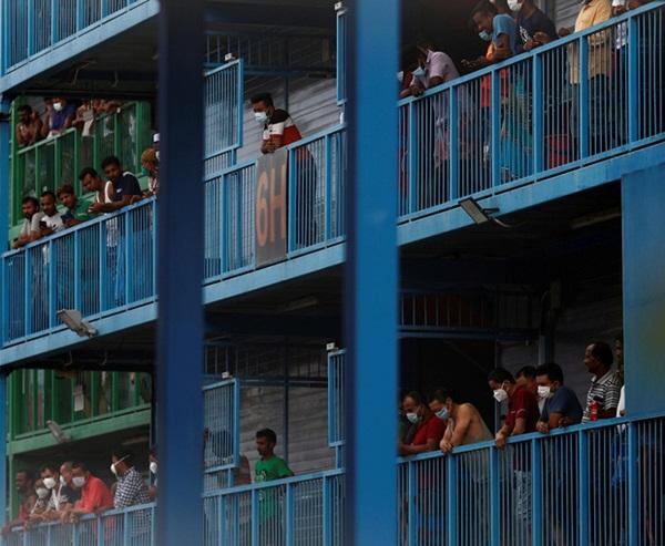 Cuộc sống bên trong ổ dịch Covid-19 lớn nhất Singapore: Hàng ngàn dân nhập cư sống chen chúc, chỉ cần 1 người nhiễm là quá đủ-1