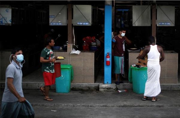 Cuộc sống bên trong ổ dịch Covid-19 lớn nhất Singapore: Hàng ngàn dân nhập cư sống chen chúc, chỉ cần 1 người nhiễm là quá đủ-2