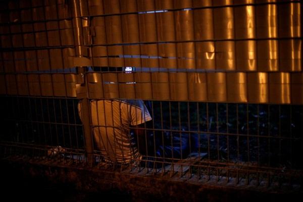 Cuộc sống bên trong ổ dịch Covid-19 lớn nhất Singapore: Hàng ngàn dân nhập cư sống chen chúc, chỉ cần 1 người nhiễm là quá đủ-4