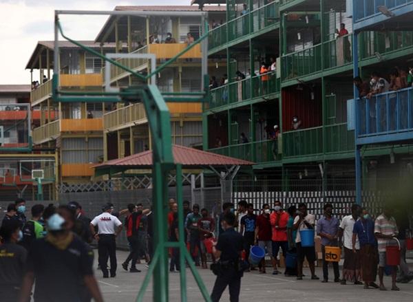Cuộc sống bên trong ổ dịch Covid-19 lớn nhất Singapore: Hàng ngàn dân nhập cư sống chen chúc, chỉ cần 1 người nhiễm là quá đủ-8