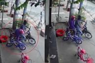 Đôi nam nữ đi xe máy trộm xe đạp trẻ em