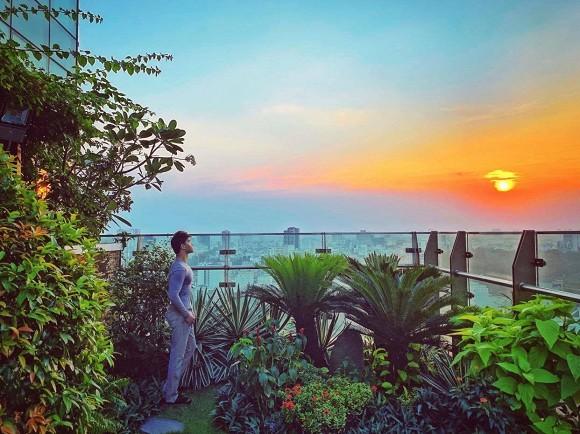 Khu vườn ngập tràn hoa và cây xanh trong căn villa trên không trị giá hơn 70 tỷ đồng của Nathan Lee-1