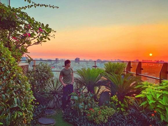 Khu vườn ngập tràn hoa và cây xanh trong căn villa trên không trị giá hơn 70 tỷ đồng của Nathan Lee-2