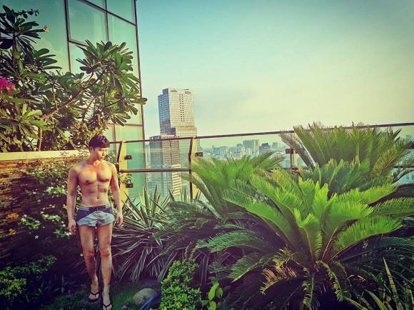 Khu vườn ngập tràn hoa và cây xanh trong căn villa trên không trị giá hơn 70 tỷ đồng của Nathan Lee-3