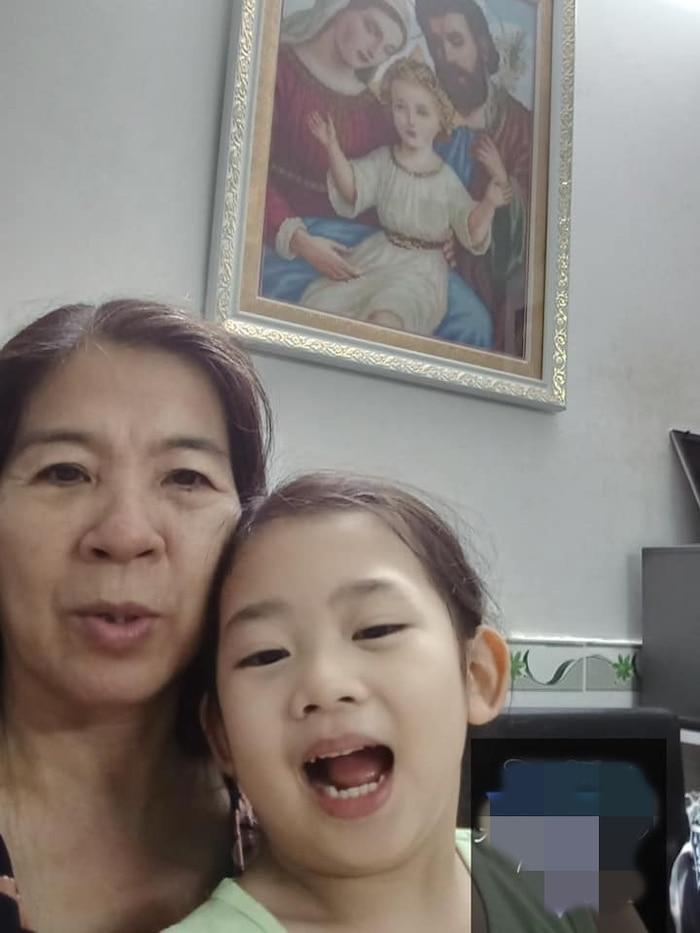 Con gái Mai Phương đoàn tụ với ông bà ngoại-5