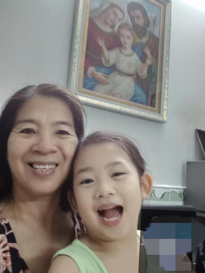 Con gái Mai Phương đoàn tụ với ông bà ngoại-4