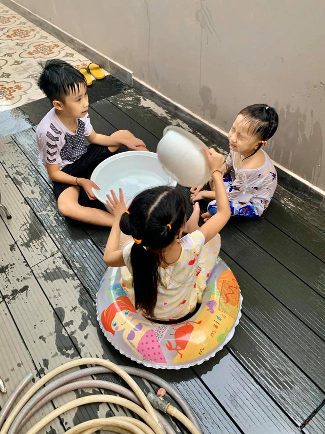 Cậu út nhà Ốc Thanh Vân hứng trọn thau nước từ cô chị, trông thì tội nhưng ai cũng thôi kệ sau khi biết được sự tình-1