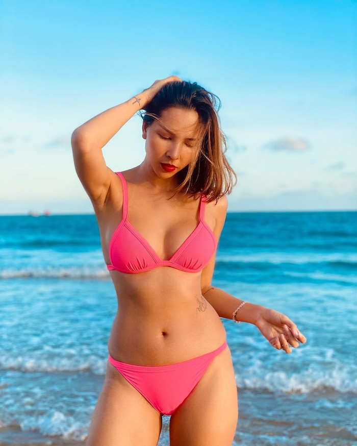 Màn đụng hàng cực nóng sau dịch: Quế Vân - Minh Triệu đọ body với bikini hồng neon-2