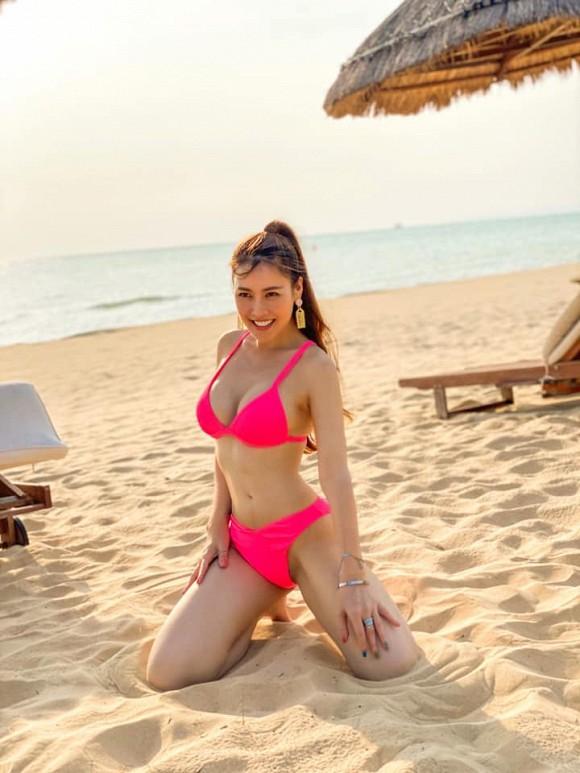 Màn đụng hàng cực nóng sau dịch: Quế Vân - Minh Triệu đọ body với bikini hồng neon-4