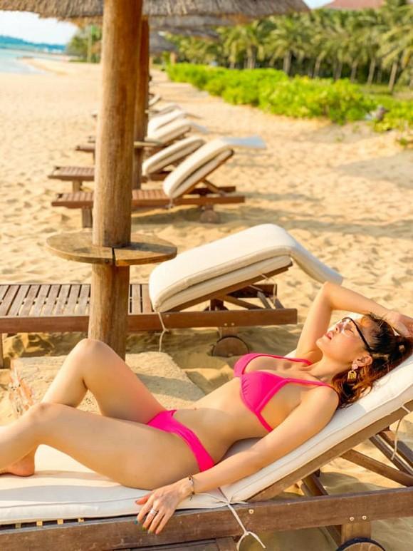 Màn đụng hàng cực nóng sau dịch: Quế Vân - Minh Triệu đọ body với bikini hồng neon-7