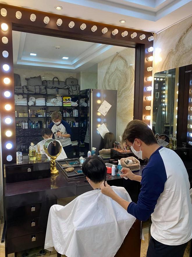 Khi dịch vụ làm tóc vẫn chưa mở cửa, Đàm Vĩnh Hưng trở lại nghề cũ nhưng chỉ phục vụ duy nhất vị khách này-3