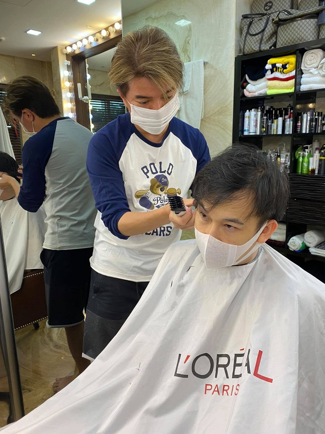 Khi dịch vụ làm tóc vẫn chưa mở cửa, Đàm Vĩnh Hưng trở lại nghề cũ nhưng chỉ phục vụ duy nhất vị khách này-4