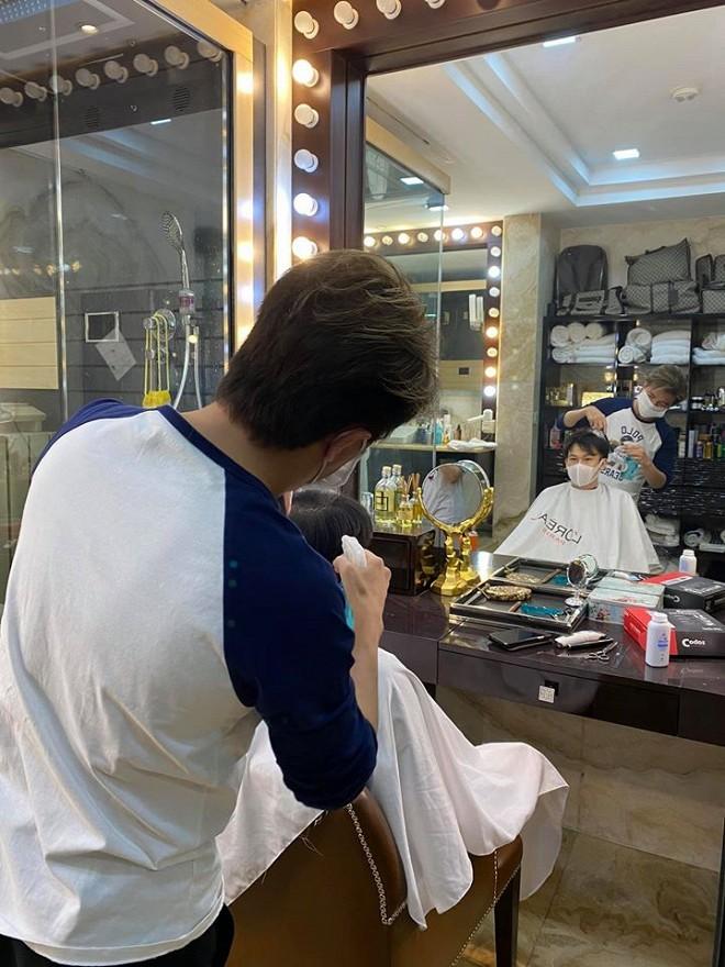 Khi dịch vụ làm tóc vẫn chưa mở cửa, Đàm Vĩnh Hưng trở lại nghề cũ nhưng chỉ phục vụ duy nhất vị khách này-1