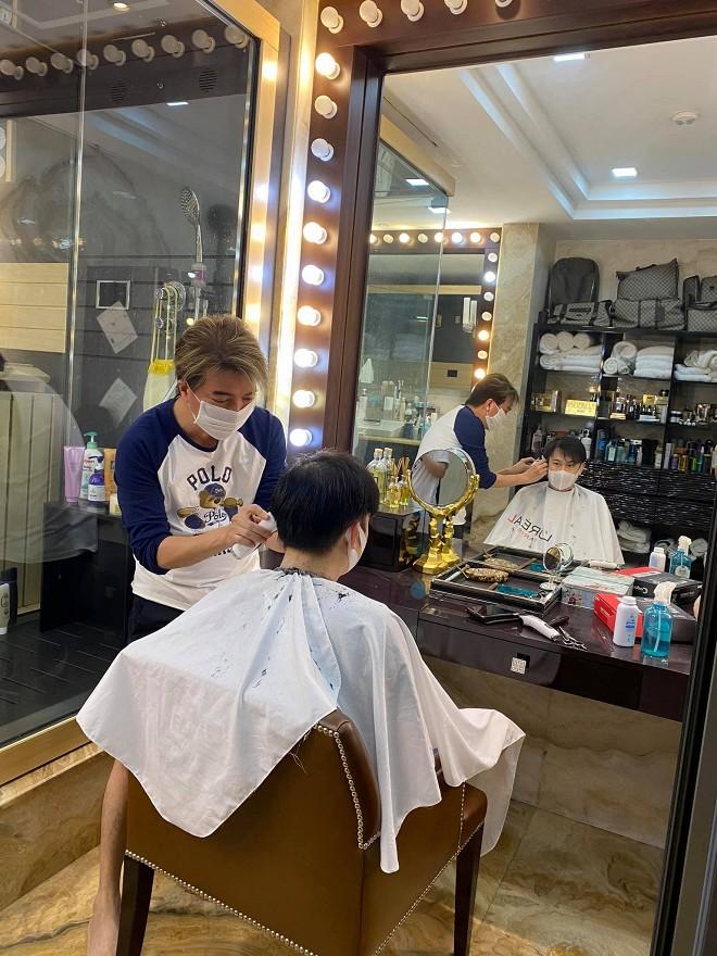 Khi dịch vụ làm tóc vẫn chưa mở cửa, Đàm Vĩnh Hưng trở lại nghề cũ nhưng chỉ phục vụ duy nhất vị khách này-6