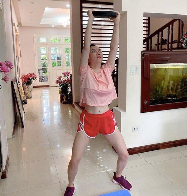 Khoe ảnh tập gym bị chính con gái vào chê buồn cười quá, Phượng Chanel lập tức phản ứng-1