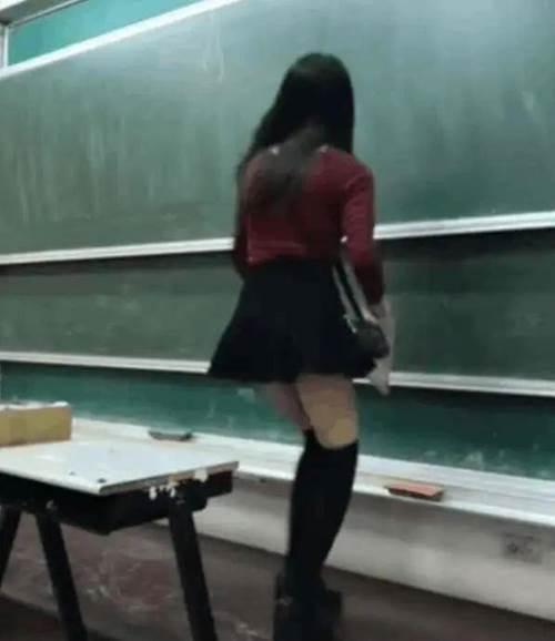 Đến trường đón con, bố bắt gặp cô giáo ăn mặc gợi cảm, mẹ yêu cầu gặp hiệu trưởng-2