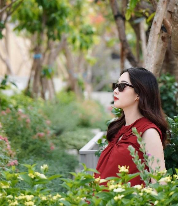 Hoa hậu Đặng Thu Thảo lần đầu khoe bụng bầu to vượt mặt và tiết lộ thời gian dự sinh con thứ 2-3