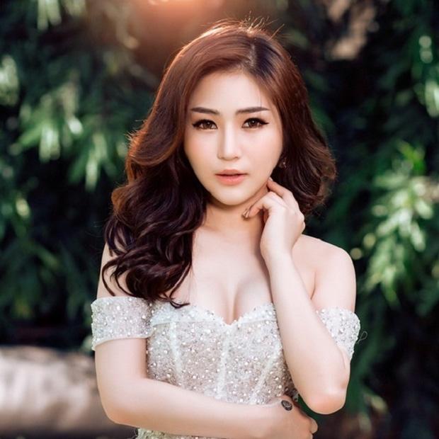 Hương Tràm bị chỉ trích gay gắt vì mặc váy ngắn, áo 2 dây đi chùa-1