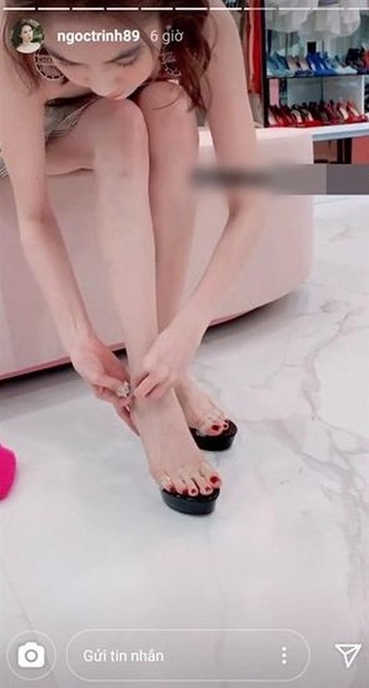 Ngọc Trinh tự nhận có bàn chân xấu điên đảo, dắt túi cả ngàn đôi giày hiệu vẫn nhiều lần lộ hết chân thô-11