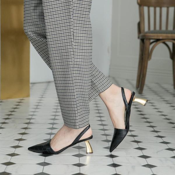 Ngọc Trinh tự nhận có bàn chân xấu điên đảo, dắt túi cả ngàn đôi giày hiệu vẫn nhiều lần lộ hết chân thô-17