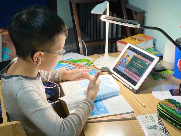 Một bộ phận học sinh lớp 1 ở TP.HCM khó đọc thông, viết thạo vào cuối năm học-1