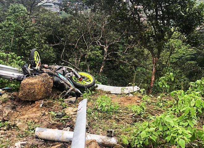 Ô tô lao xuống vực sau tai nạn ở Tam Đảo, 4 người chết-1