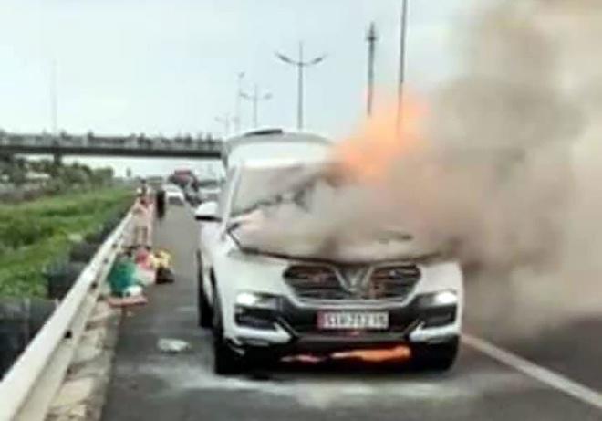 Cháy ôtô 7 chỗ trên cao tốc Trung Lương, giao thông ùn tắc 3 km-1