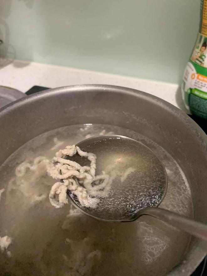 Mẹ nấu mì nhưng con nhất quyết không ăn, nguyên nhân bởi những con sâu bé thấy trong bát-1