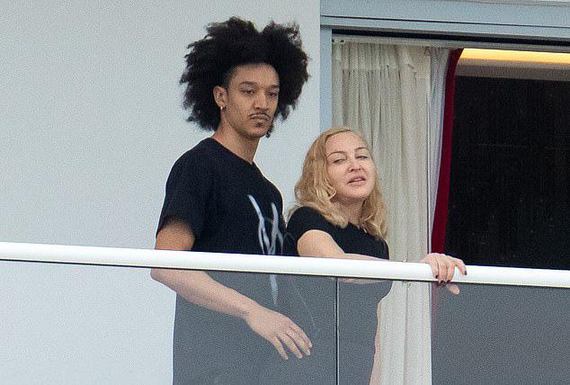 Nhan sắc Madonna ở tuổi 62 và chuyện tình với phi công kém 36 tuổi-6
