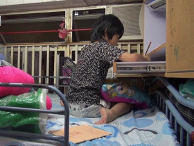 Ngủ chung giường với chị gái 11 năm, bé trai nói 1 câu khiến mẹ hoảng sợ-1