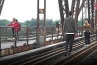 Nới cách ly: Nam thanh nữ tú tụ tập, trèo lan can vào cầu Long Biên sống ảo