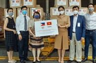 Tỷ phú Johnathan Hạnh Nguyễn, Tiên Nguyễn và Phillip góp 750 ngàn khẩu trang, hơn 16 ngàn bộ bảo hộ chống Covid-19
