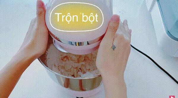 Thuỷ Tiêntrổ tài làm bánh chuối kiểu Thái cho Công Vinh và bé Bánh Gạo: cũng định quăng bột bánh cho điệu nghệnhưng bó tay-3