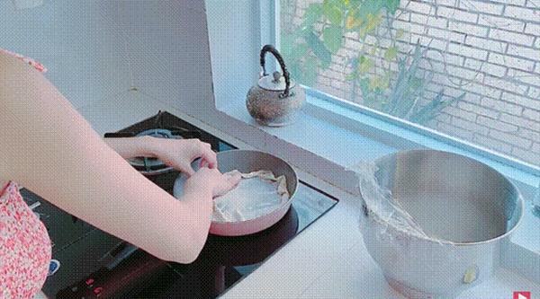 Thuỷ Tiêntrổ tài làm bánh chuối kiểu Thái cho Công Vinh và bé Bánh Gạo: cũng định quăng bột bánh cho điệu nghệnhưng bó tay-7