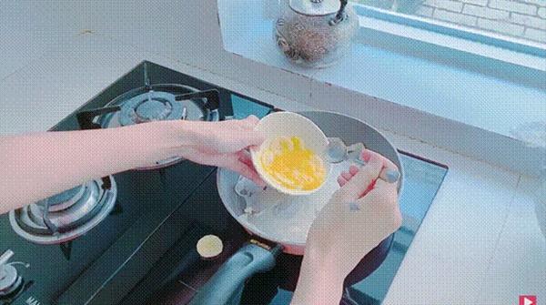 Thuỷ Tiêntrổ tài làm bánh chuối kiểu Thái cho Công Vinh và bé Bánh Gạo: cũng định quăng bột bánh cho điệu nghệnhưng bó tay-8