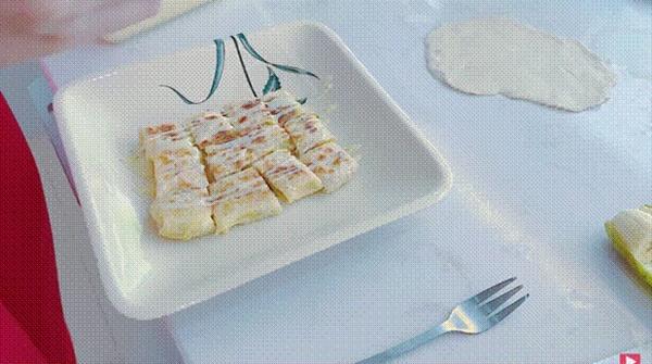 Thuỷ Tiêntrổ tài làm bánh chuối kiểu Thái cho Công Vinh và bé Bánh Gạo: cũng định quăng bột bánh cho điệu nghệnhưng bó tay-9
