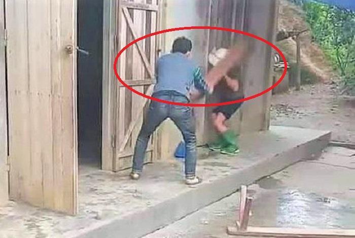 Nghịch tử dùng ghế đánh mẹ già: Xử lý cả người đánh lẫn người quay clip-1