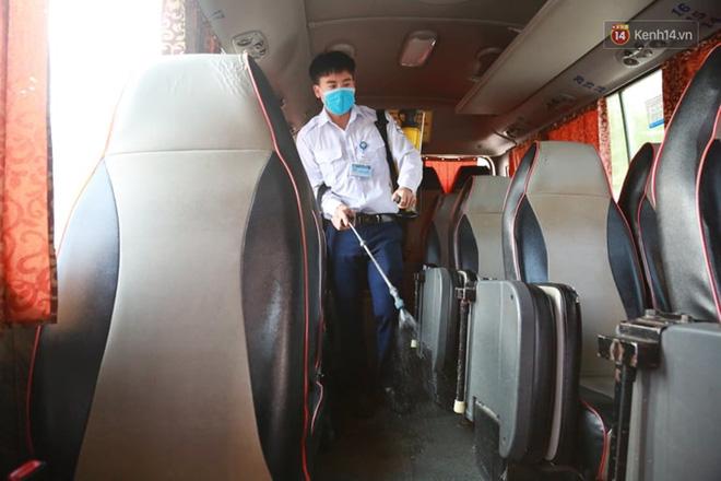 Ảnh: Người dân từ thành phố đổ về quê nghỉ lễ, các bến xe Hà Nội và Sài Gòn đông đúc sau thời gian giãn cách xã hội-2