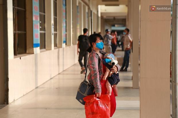 Ảnh: Người dân từ thành phố đổ về quê nghỉ lễ, các bến xe Hà Nội và Sài Gòn đông đúc sau thời gian giãn cách xã hội-10