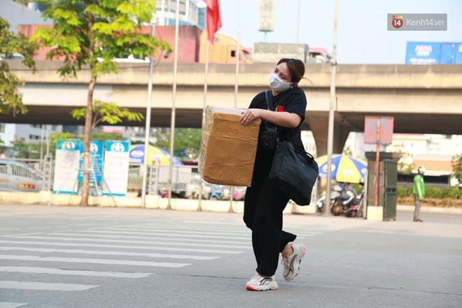 Ảnh: Người dân từ thành phố đổ về quê nghỉ lễ, các bến xe Hà Nội và Sài Gòn đông đúc sau thời gian giãn cách xã hội-11