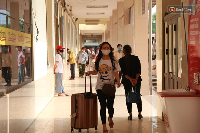 Ảnh: Người dân từ thành phố đổ về quê nghỉ lễ, các bến xe Hà Nội và Sài Gòn đông đúc sau thời gian giãn cách xã hội-12