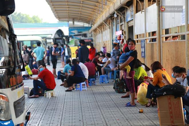 Ảnh: Người dân từ thành phố đổ về quê nghỉ lễ, các bến xe Hà Nội và Sài Gòn đông đúc sau thời gian giãn cách xã hội-7
