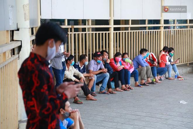 Ảnh: Người dân từ thành phố đổ về quê nghỉ lễ, các bến xe Hà Nội và Sài Gòn đông đúc sau thời gian giãn cách xã hội-8
