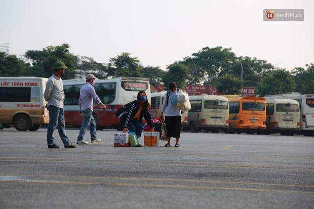 Ảnh: Người dân từ thành phố đổ về quê nghỉ lễ, các bến xe Hà Nội và Sài Gòn đông đúc sau thời gian giãn cách xã hội-9