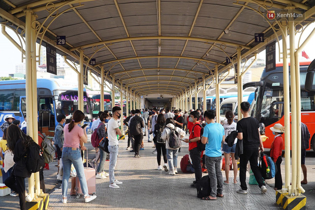 Ảnh: Người dân từ thành phố đổ về quê nghỉ lễ, các bến xe Hà Nội và Sài Gòn đông đúc sau thời gian giãn cách xã hội-20