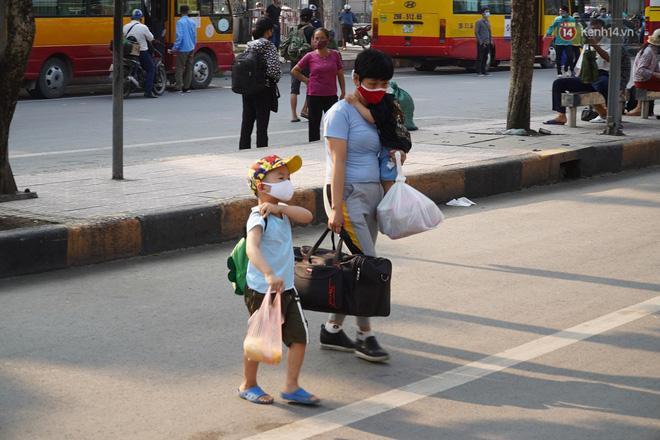Ảnh: Người dân từ thành phố đổ về quê nghỉ lễ, các bến xe Hà Nội và Sài Gòn đông đúc sau thời gian giãn cách xã hội-21