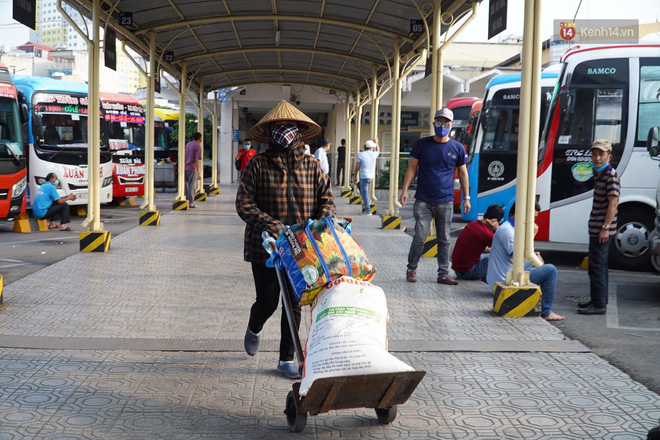 Ảnh: Người dân từ thành phố đổ về quê nghỉ lễ, các bến xe Hà Nội và Sài Gòn đông đúc sau thời gian giãn cách xã hội-22